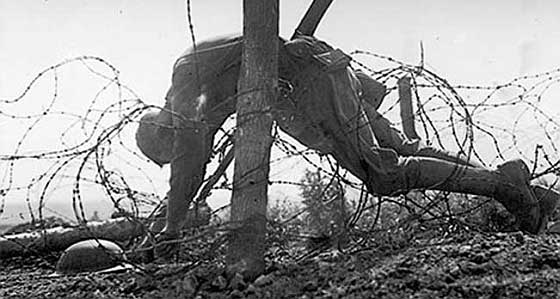 ww1_soldier_barbed_wire_560