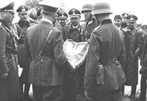 800px-Himmler_with_Hitler_Poland_september_1939-400x277